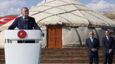 """Cumhurbaşkanı Erdoğan,""""Biz binlerce yıllık tarihini şanlı zaferlerle ilmek ilmek dokumuş bir devletiz"""""""