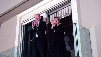 Cumhurbaşkanı Erdoğan ve eşi Emine Erdoğan, sağlık çalışanlarına alkışlarla destek verdi