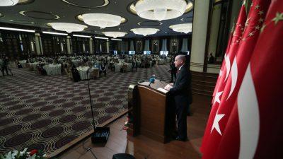 """Cumhurbaşkanı Erdoğan,""""Son FETÖ'cü de hukuk önünde hesap verene kadar, yurt içinde ve dışında bu mücadeleyi kararlılıkla sürdüreceğiz"""""""